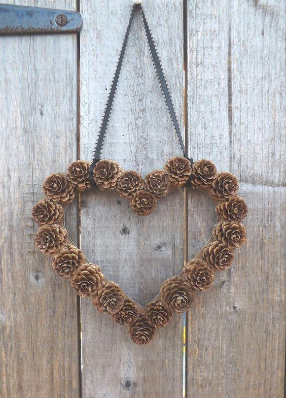 Décoration de porte en pomme de pin en forme de coeur