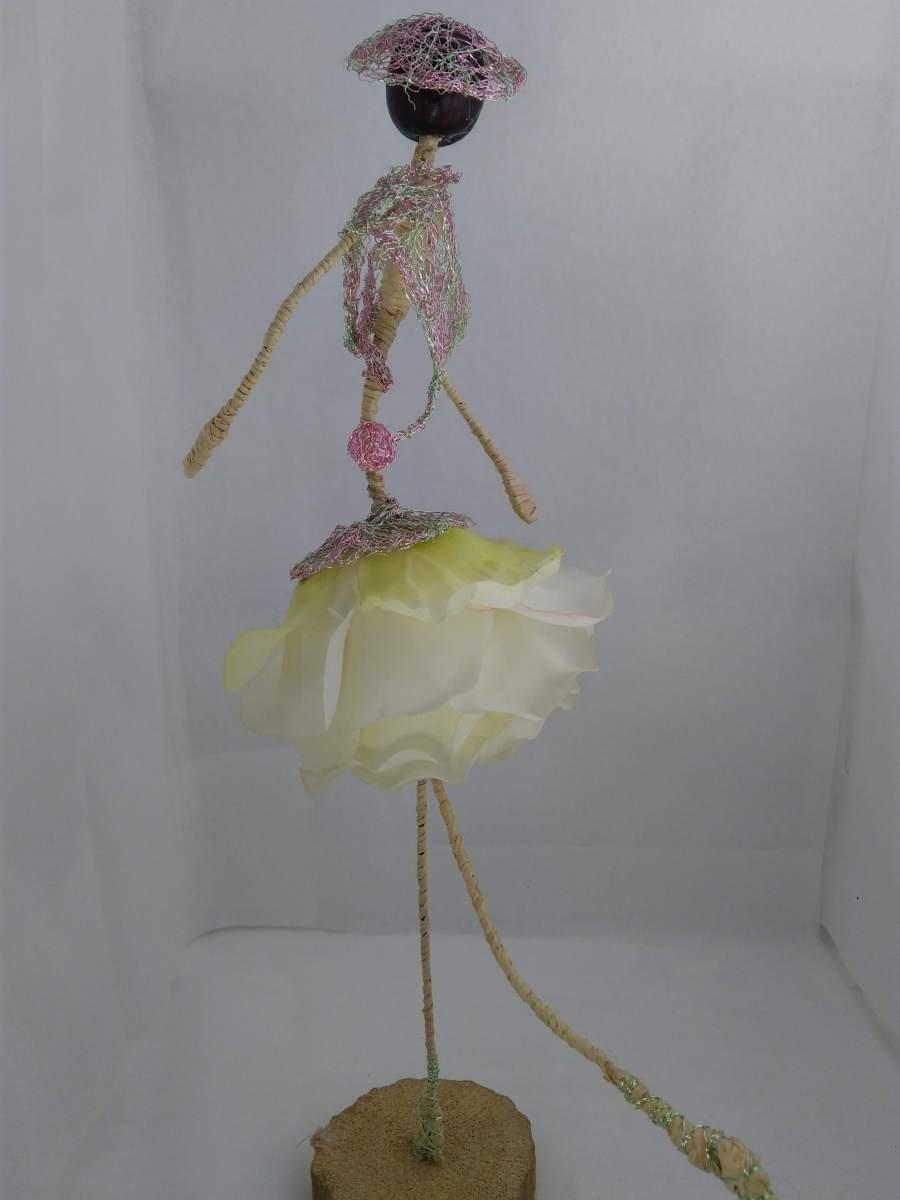 Objet décoratif, poupée en fleurs artificielles nommée Angelique