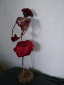 Objet décoratif, poupée en fleurs artificielles, rose rouges, nommée Carmensita
