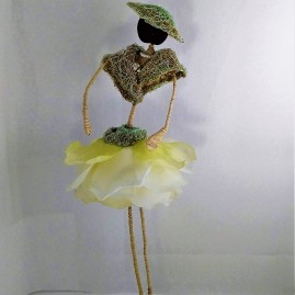 Poupée en fleurs, objet décoratif, nommée verveine
