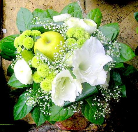 Bouquet blanc et vert Amaryllis blanc, renoncules blanches gypsophile, pomme verte et santini vert