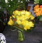 Tulipes jaunes en bouquet et hypéricum rouge