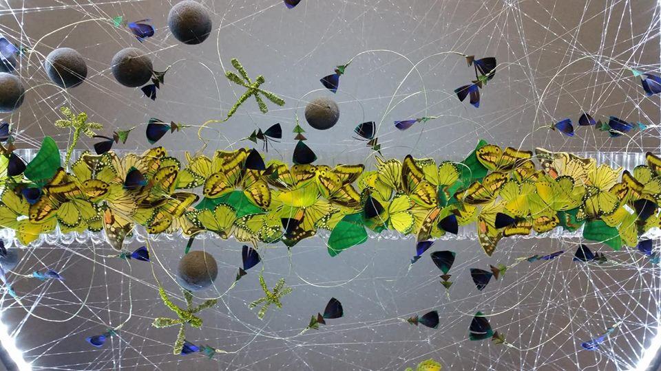 Détail d'une décoration en paillons jaune