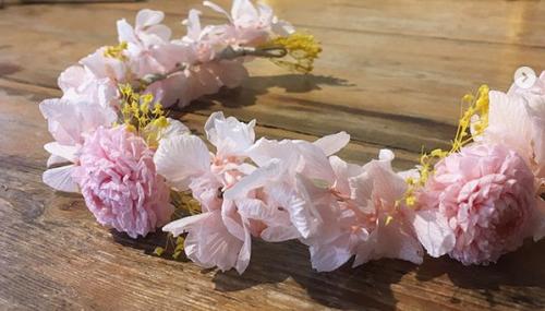 couronne de fleurs rosée stabilisées séchées