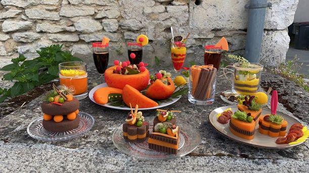 Table de décorations florales en forme de minis gâteaux et boissons en fleurs