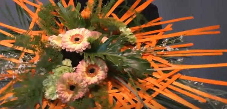 Bouquet rond sur tructure de bois