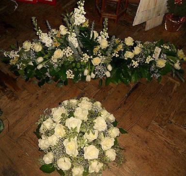 Dessus de cercueil et coussin blanc